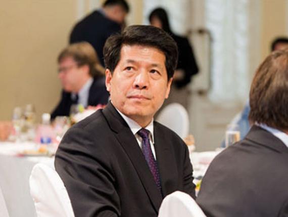 李辉大使认真聆听宇通时间,认同宇通模式