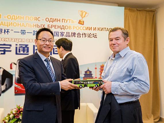 宇通客车向俄联邦总统经济顾问格拉兹耶夫先生赠送宇通车模