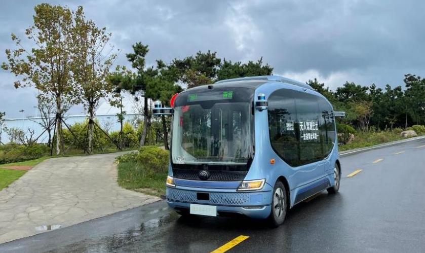 """这辆公交车无人驾驶,20余人在西海岸""""尝鲜""""试乘"""