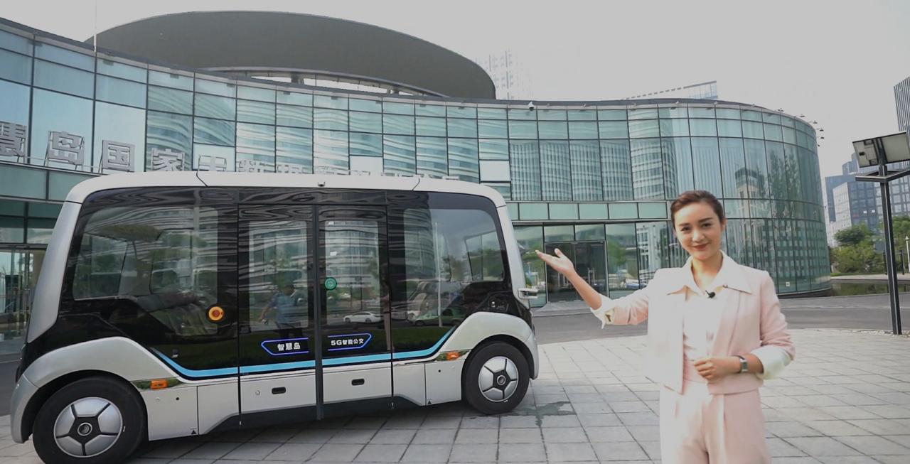 美女主持带你走近智慧岛,宇通自动驾驶巴士大揭秘!