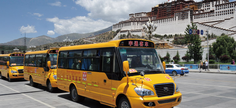 政府投入一千多万购买 首批国产专用校车开上雪域高原